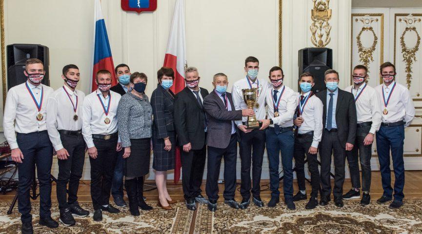 В особняке под аплодисменты: чемпионов России по спидвею поздравили камерно